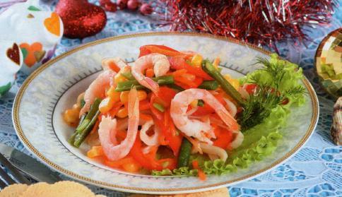 Новогодний Салат с креветками и кальмарами фотография