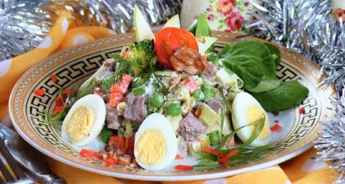 Новогодний Салат с мясом под ореховым соусом фотография