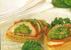 горячий бутерброд авокадо фото