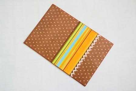приклеиваем прямоугольник и тесьму на основу открытки