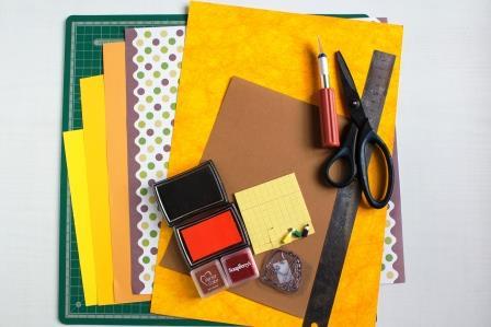 Для создания своими руками поздравительной открытки ко дню знаний вам потребуется