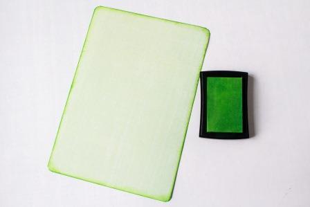 Тонируем края подложки зеленой чернильной подушечкой