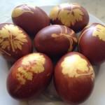 Пасхальные яйца, крашенные луковой шелухой, с рисунком из листиков растений