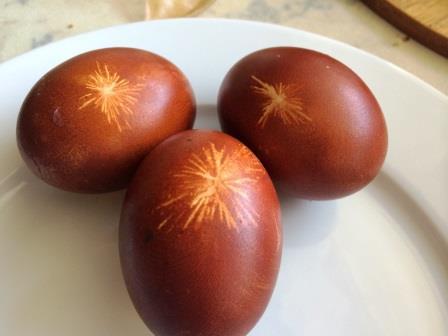 отпечатавшийся узелок на крашеном яйце
