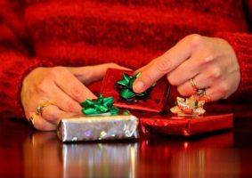 Миниатюра к статье Подарки для родителей на Новый год – для мамы и папы